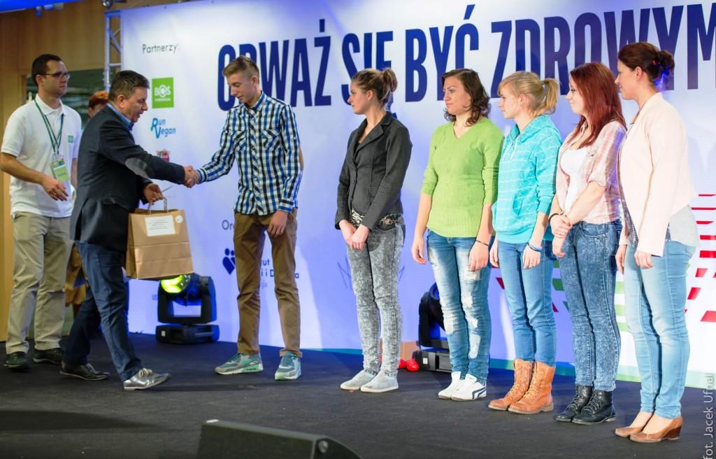 fot_FBOS_od lewej_Andrzej Pietrucha, Prezes Fundacji BOŚ,_ Jerzy Deneka, Zastępca Dyrektora Departamentu Zwiększania_ Szans Edukacyjnych w MEN oraz laureaci konkursu